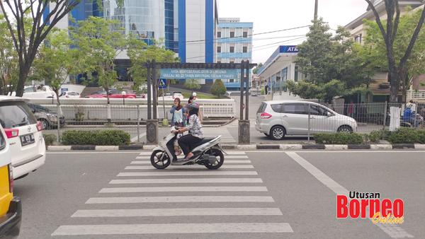 Kemudahan jalan raya dan laluan pejalan kaki menjadikan kota Balikpapan aman dan tenang untuk didiami.