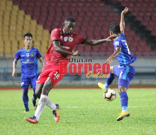 Penyerang import Sarawak, Hudson Dias cuba merampas bola dari pemain UKM FC, Mohd Irwan Syazmin dalam aksi separuh akhir pertama Piala Cabaran 2019 di Stadium Sarawak, Petra Jaya.