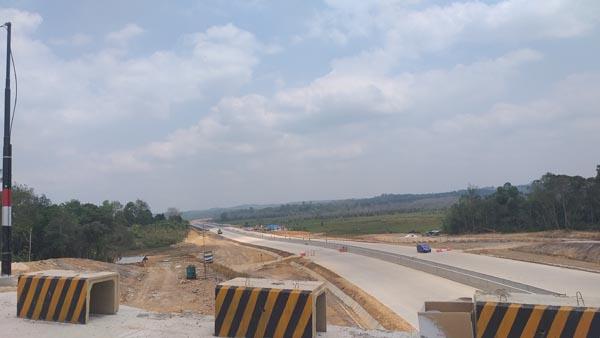 Kemudahan lebuh raya ini bakal memendekkan perjalanan antara dua kota, Balikpapan dan Samarinda kepada kira-kira sejam sahaja.