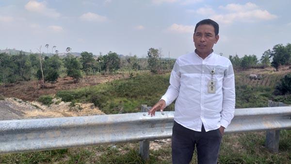 Samsul menunjukkan lokasi tempat Presiden Jokowi meninjau projek lebuh raya itu dan cadangan ibu kota negara baru Indonesia.
