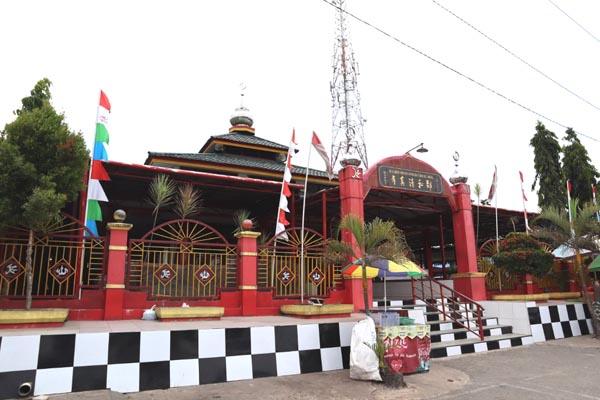 Masjid Muhammad Cheng Hoo di laluan Samarinda-Balikpapan begitu unik senibina dan warnanya.