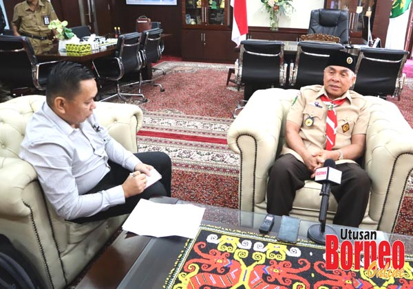 Penulis (kiri) ketika wawancara khas bersama Gubernur KALTIM, Bapak Isran Noor.