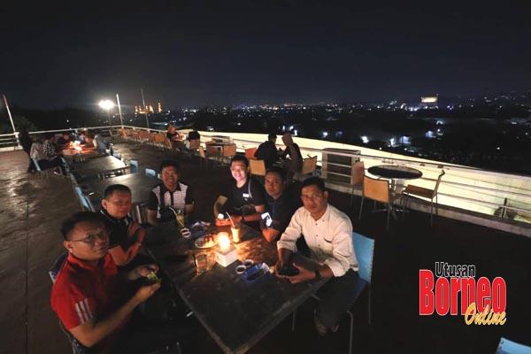 Menikmati makan malam di sebuah kafe di kawasan perbukitan, berlatarbelakangkan pemandangan malam kota Samarinda.