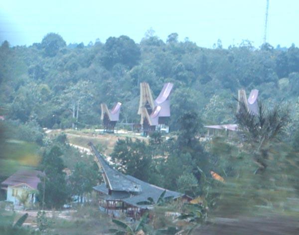 Terdapat perkampungan masyarakat Toraja di pinggir jalan antara Balikpapan dan Samarinda.