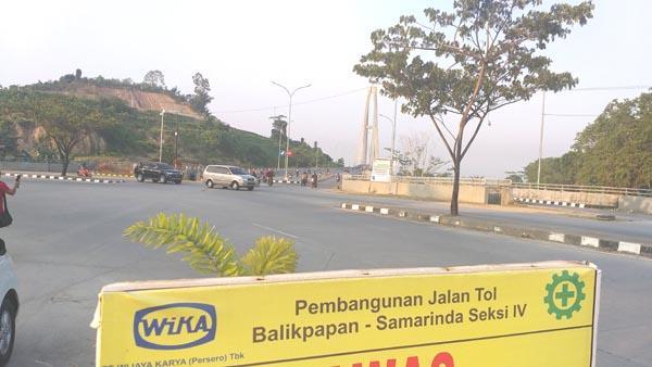 Kerja pembinaan lebuh raya tol Samarinda-Balikpapan sedang giat dilaksanakan.