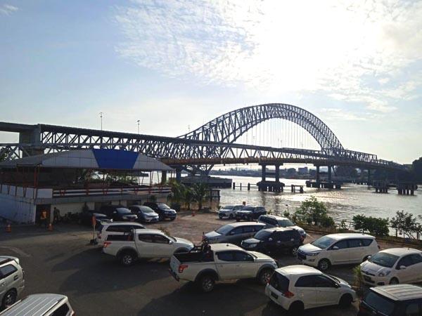 Jambatan Mahakam menjadi mercu tanda kota Samarinda selain menjadi laluan penghubung utama antara dua bahagian kota itu.