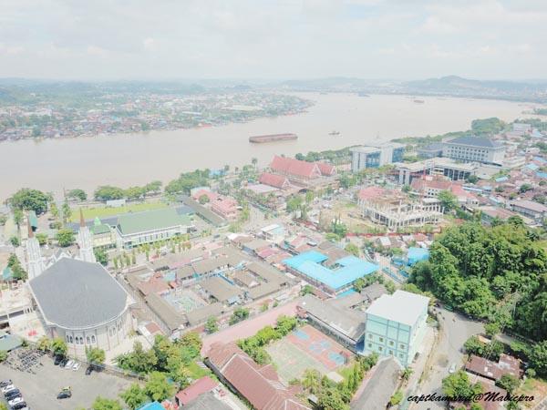 Pemandangan sebahagian kota Samarinda dari udara, berlatarbelakangkan Sungai Mahakam.