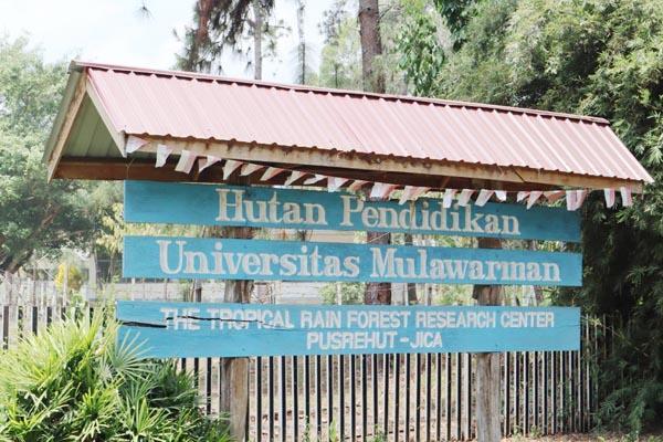 Papan tanda Hutan Pendidikan Universitas Mulawarman yang menjadi pusat penyelidikan ilmu perhutanan di Samarinda.