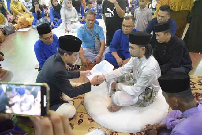 Abam Shaff melangsungkan pernikahannya dengan Aisah di Masjid Daerah Sandakan.