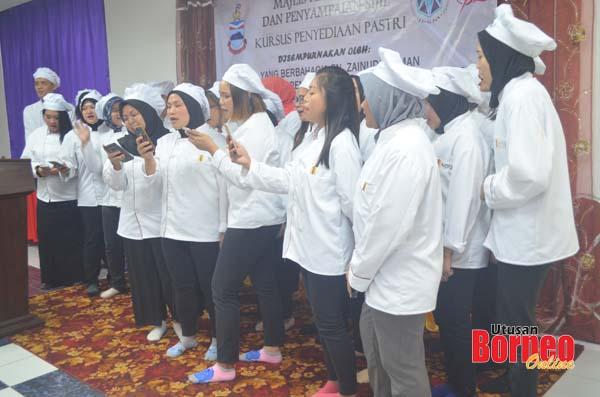 Persembahan koir oleh para peserta Kursus Penyediaan Pastri.