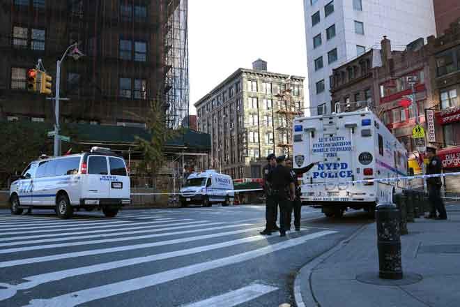 Anggota polis menjalankan siasatan di tempat kejadian di Manhattan, New York kelmarin. — Gambar Reuters