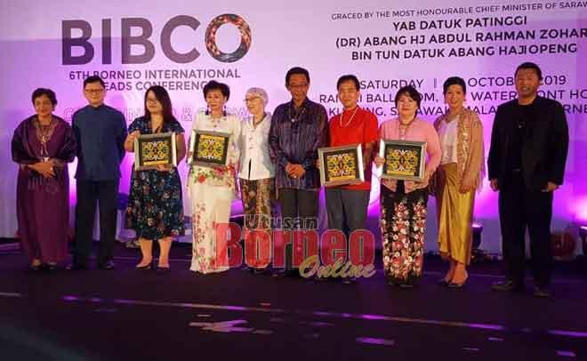 Abdul Karim merakam kenangan bersama penaja pada Majlis Makan Malam Gala BIBCO 2019 di Kuching, malam kelmarin. Turut kelihatan Hii (empat kanan) dan Heidi (lima kiri).