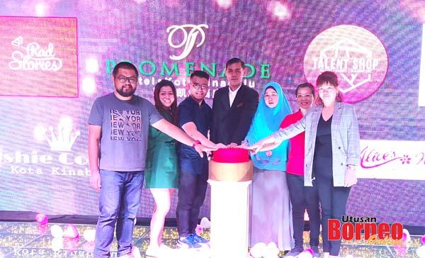 Hafizan (tengah) bersama rakan niaga lain bersama-sama menyempurnakan acara perasmian majlis berkenaan.
