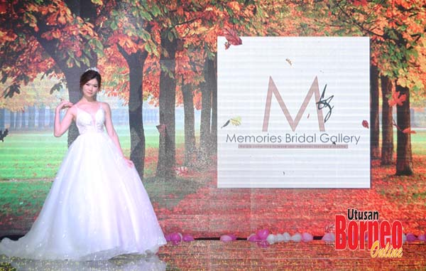 Model yang memperagakan pakaian pengantin sempena dengan Promenade Bridal Fair.