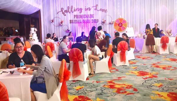 Ramai pasangan hadir ke pameran berkenaan untuk berbincang mengenai pakej-pekej perkahwinan yang ditawarkan.
