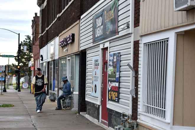 Keadaan di sekitar kaki lima bar Tequila KC di mana sembilan orang ditembak di Kansas City, Kansas awal kelmarin. — Gambar AFP