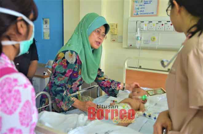 Fatimah (dua kiri) ketika melawat mangsa di Hospital Sibu, semalam.