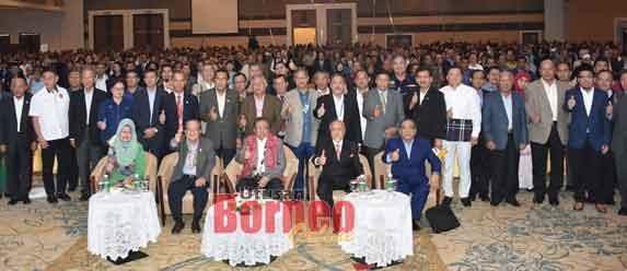 Abang Johari (duduk, tiga kanan) dan Uggah (dua kiri) merakam kenangan bersama para peserta yang menghadiri forum berkenaan.