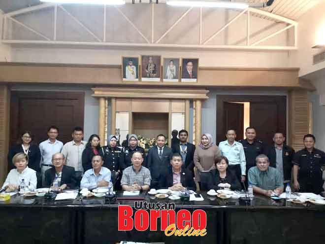 (Dari tiga kanan) Ong, Hussin bersama jawatankuasa penganjur, pegawai SSC dan MSNS pada mesyuarat di Kuching semalam.