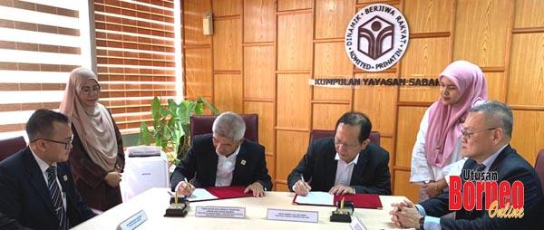Jamalul (dua kiri) dan henry (dua kanan) menandatangani MoU di Yayasan Sabah, semalam.