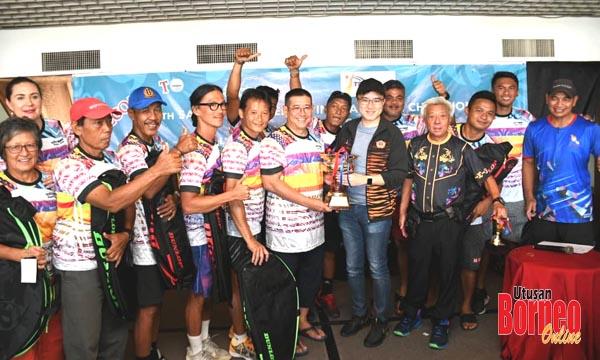 Phoong (enam dari kanan) menyampaikan piala juara kepada pasukan KAYBEE KL.