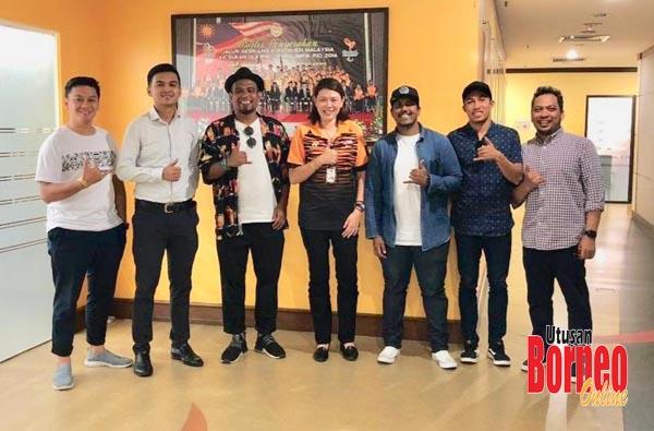 Ronny (kiri sekali) bersama pegawai MSN dan para pegawai PLOM.