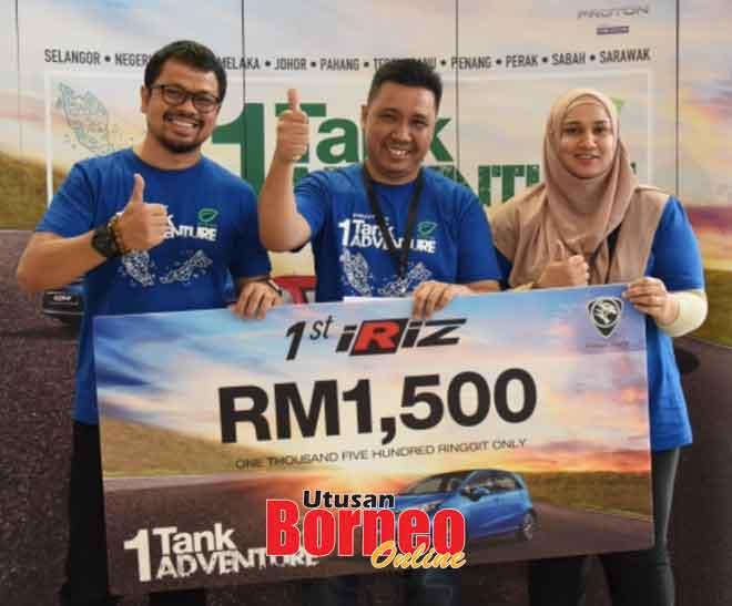 Pasukan Enam terdiri daripada Hazimi Madini dan Nur Sharim Farikh memenangi catatan terbaik untuk Proton Iriz sekali gus menerima hadiah wang tunai RM1,500 yang disampaikan oleh Ketua Jurutera Kenderaan Proton Persona dan Iriz Adzrai Aziz (kiri).