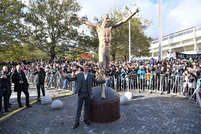 Ibrahimovic memberikan 'pose' istimewa di hadapan patung gangsa tersebut pada majlis perasmian berhampiran stadium di Malmo, Sewden kelmarin. — Gambar AFP