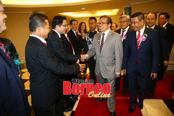 Abang Johari tiba pada Majlis Pelantikan Ahli Jawatankuasa Persekutuan Persatuan Cina Sarawak bagi tempoh 2019 hingga 2022 di Kuching, malam kelmarin.