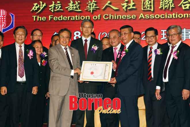 Abang Johari nyerahka Surat Chiri ngagai Richar ti nyadi Presiden Gempung Serakup China Sarawak baru ungkup timpuh 2019-2022 di Kuching, malam Hari Dua. — Gambar Tan Siong Wei