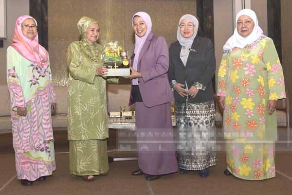 Norazlinah (tengah) menerima cenderahati daripada Noni (dua kiri). Turut kelihatan Rashidah (kanan) dan Masturah (dua kanan).