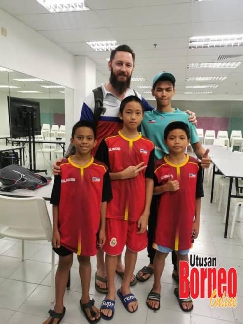 Atlet terjun junior Sabah bersama ketua jurulatih negara, Christian Brooke (kiri di belakang) dan jurulatih pelapis, Awang (kanan di belakang).