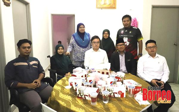 Phoong (duduk, tengah) bersama rombongan serta Nurhidayah (duduk, dua dari kiri) dan keluarga.