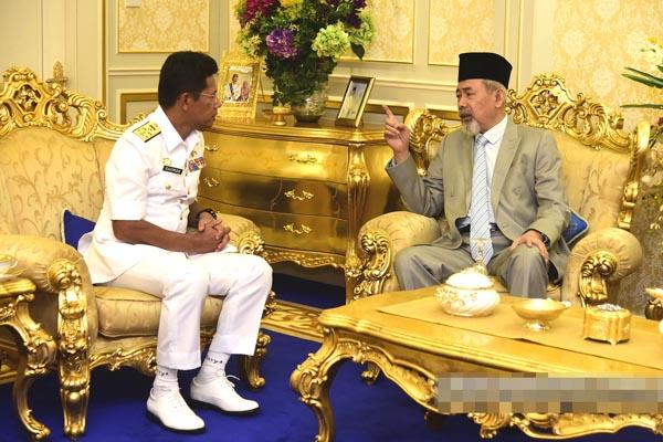Abdul Rahman ketika membincangkan aspek keselamatan dengan Tun Juhar.