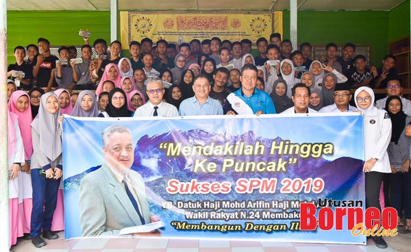 Arifin merakamkan gambar kenangan bersama calon SPM di SMK Membakut.