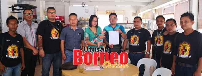 Rosa bersama suami, Ryan (lima kanan) dan bayi mereka menunjukkan surat pengesahan doktor pakar bergambar dengan presiden dan wakil persatuan yang memberi sokongan kepada mereka berdua dan bayi berkenaan.