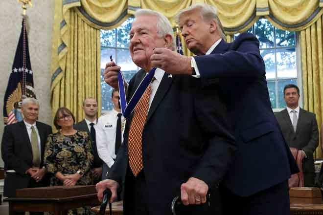 Trump menganugerahkan Pingat Presiden bagi Kebebasan kepada bekas Peguam Negara Edwin Meese                         di Rumah Putih di Washington, Amerika Syarikat kelmarin. — Gambar Reuters