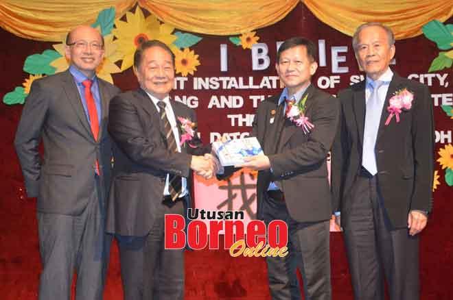 Francis (dua kanan) menyampaikan penghargaan kepada Wong sambil diperhatikan Tiong (kanan) dan Dr Chen (kiri).