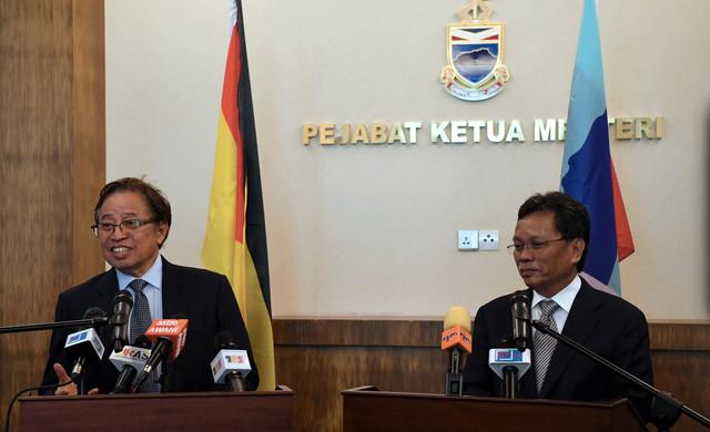 Abang Johari Tun Openg (kiri) dan Ketua Menteri Sabah Datuk Seri Mohd Shafie Apdal ketika mengadakan sidang media bersama selepas mengadakan perjumpaan tertutup di Pusat Pentadbiran Negeri Sabah pada 14 Oktober. - Gambar Bernama