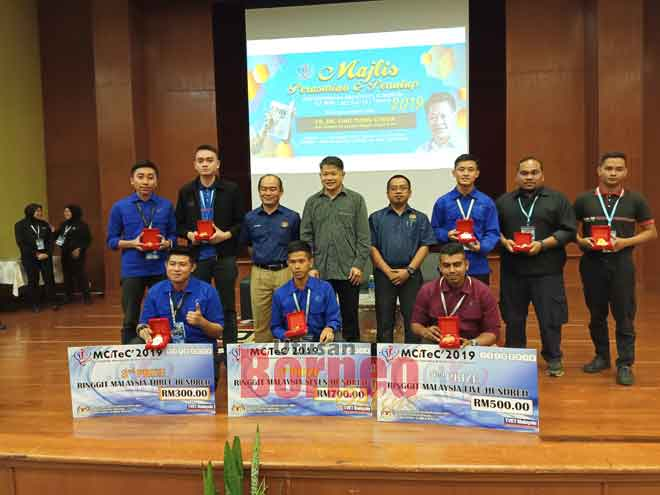 Para pemenang pertandingan inovasi bergambar bersama (barisan belakang dari tiga kiri) Sutekno, Dr Ting dan Pengarah ILP Miri Mustal Makmud.