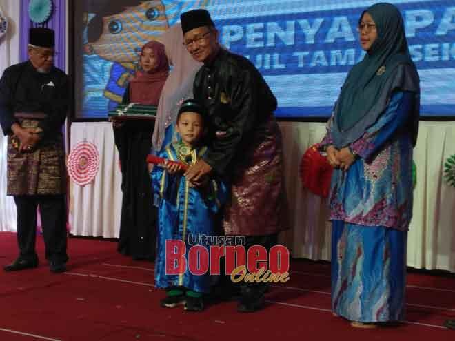 Abdul Rahman menyampaikan sijil tamat belajar kepada salah seorang kanak-kanak tadika berkenaan yang akan melangkah ke tahun satu pada 2020.