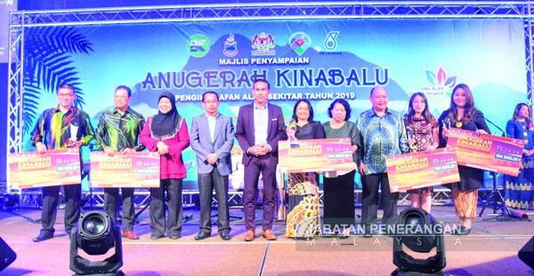 Pemenang penerima anugerah merakamkan gambar kenangan bersama Assaffal (lima dari kiri).