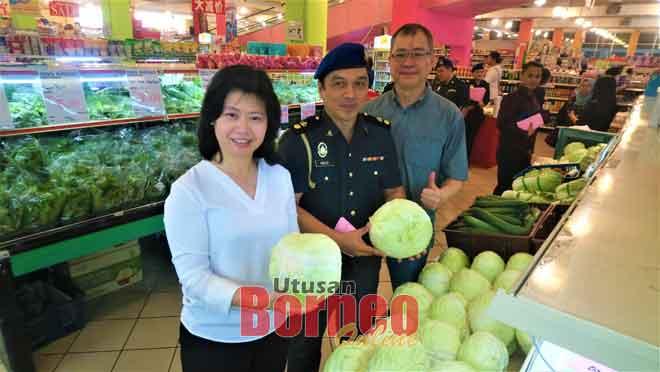 (Dari kiri) Chang, Roslee dan Tang pada pelancaran Skim Harga Maksimum sempena Perayaan Deepavali di Sibu semalam.