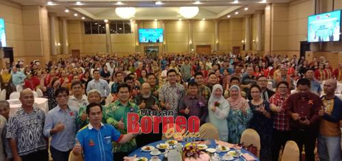Kelihatan pemimpin PKR negeri dan pusat bersama ahli PKR Baram menunjukkan tanda bagus pada Majlis Makan Malam Amal Mengumpul Dana Wanita Keadilan Baram di sini malam tadi.