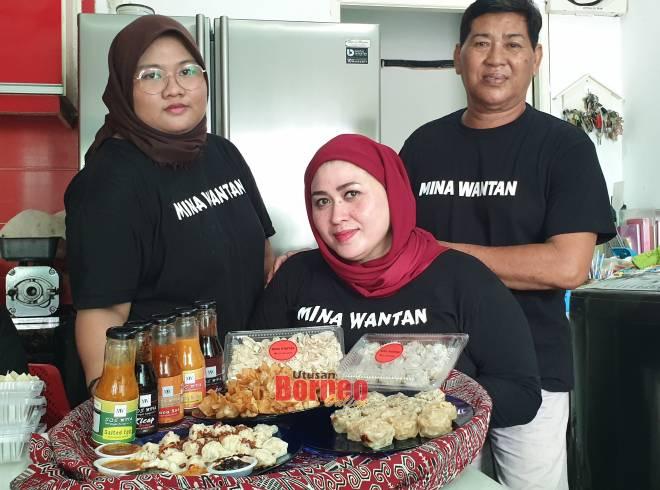 Aminawati bersama pembantunya mempamerkan wantan, siew mai dan sos pelbagai perisa.