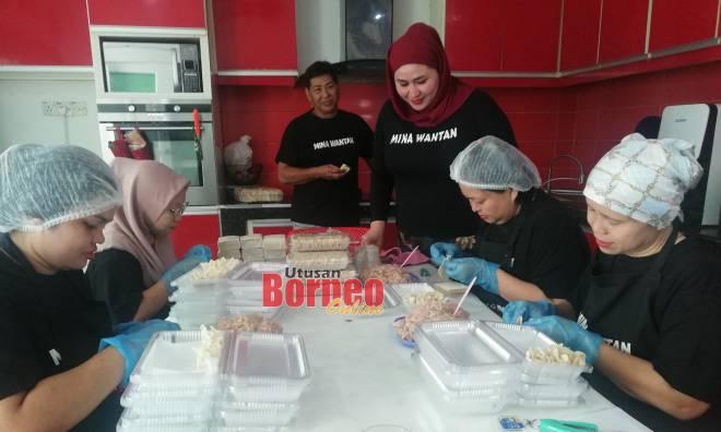 Aminawati bersama para pekerjanya sentiasa mengutamakan kebersihan dalam menyediakan produk makanan.