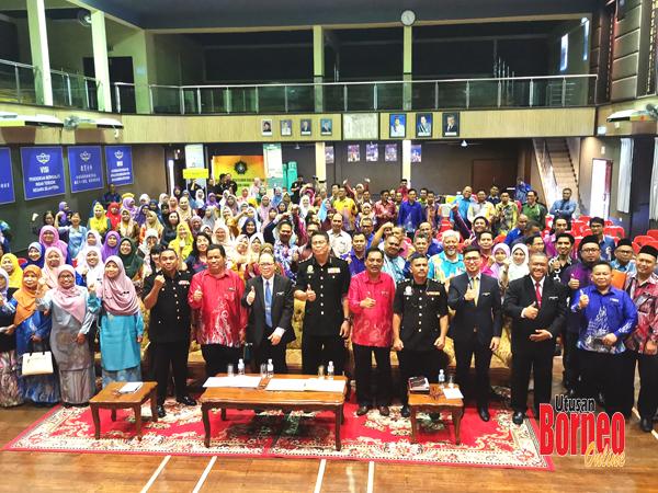 Nor Rasmi bergambar bersama semua peserta yang hadir.