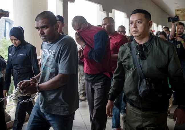 Antara individu yang dibawa ke Kompleks Mahkamah Jalan Duta hari ini bagi menghadapi pertuduhan berhubung kumpulan pengganas LTTE. — Gambar Bernama