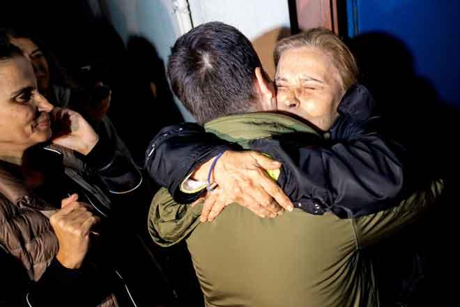 Nazli Ilicak disambut dengan pelukan oleh ahli keluarga yang gembira selepas                    pembebasannya dari penjara di Istanbul, Turki kelmarin. — Gambar Yasin Akgul/AFP
