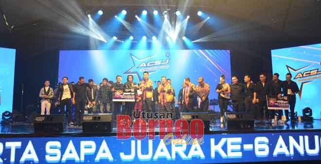 Alan menyampaikan hadiah kepada Taju Remaong selepas kumpulan itu dinobatkan sebagai juara.
